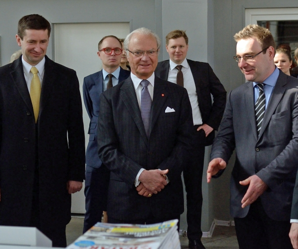 The King of Sweden (centre) is introduced to post-press kit